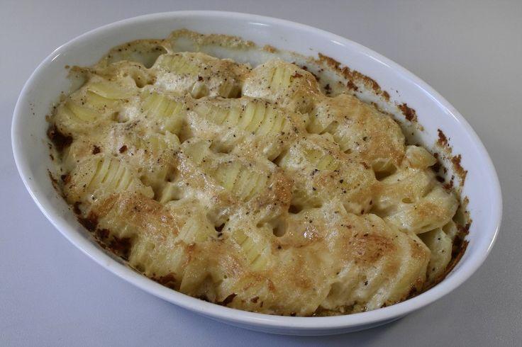 Kartoflerne skrælles og skæres i skiver og lægges i et ovnfast fad. <BR> <BR> Hæld fløden over og krydr med salt og peber. <BR> <BR> Sættes i ovnen 1 time ved 200 grader C. alm. ovn.