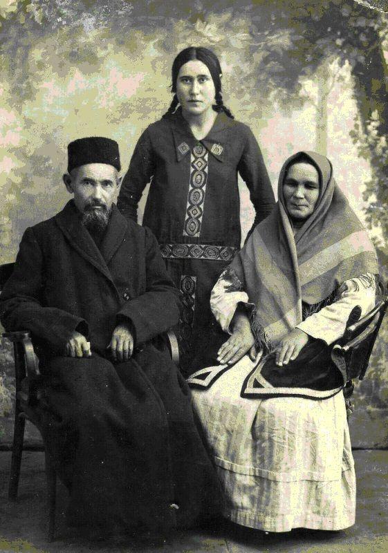 Tatars. Ахун Хөснулла бине Баһаутдин (1857 – 1937) хәзрәт җәмәгате Нурҗиһан абыстай һәм кызлары Кәримә апа белән.