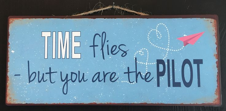 "Skilt med teksten: ""Time flies - But you are the pilot"""