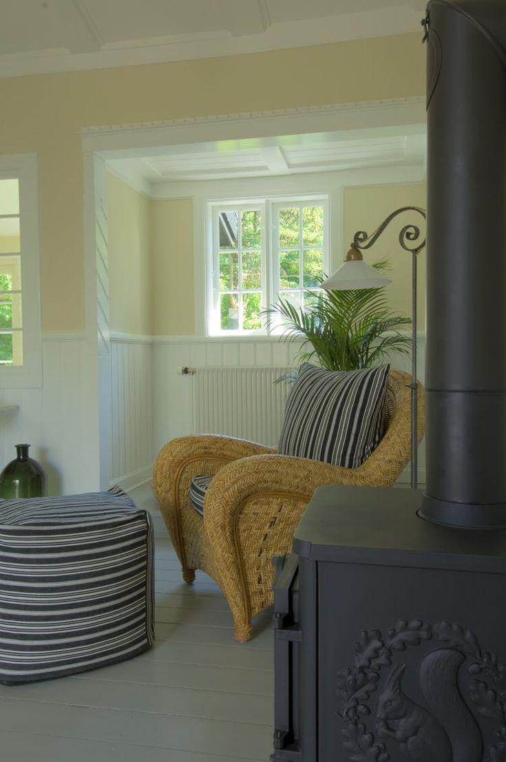 Vil du tilføre dit hus varme og stemning, kan du bruge naturmaterialer i fx tæpper, bordplader, kurvemøbler samt grønne planter, som alt sammen er med til at bryde de malede flader, der ellers kan virke meget sterile.