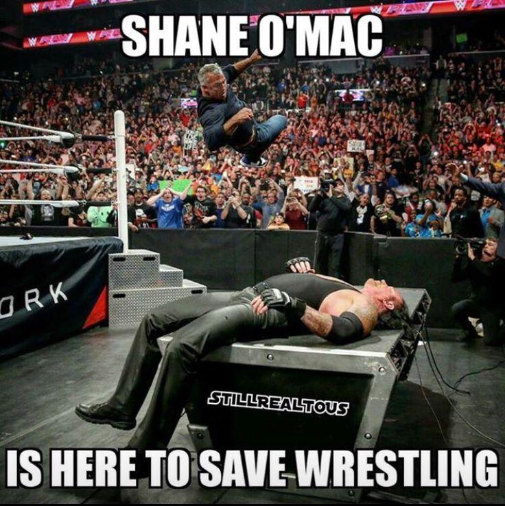 Shane OMac regresando a los viejos tiempos de locuras acrobaticas casi suicidas...gracias, Shane OMac, por regresar sa tus origenes de wrestler, al menos temporalmente.