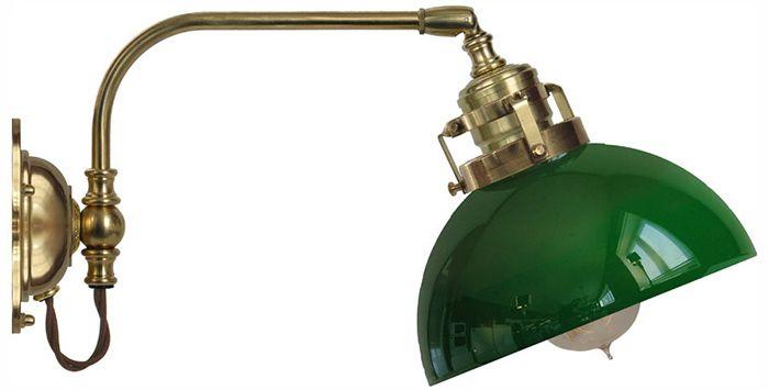 Vägglampa Gripenberg 60  i polerad mässing med skärm i grönt glas. Välkommen till Sekelskifte och våra klassiska lampor!