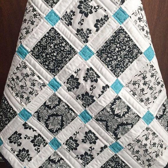 Esta colcha hecha a mano se ha hecho con amor y esmero para un bebé especial. La parte delantera es un hermoso mosaico moderno con matices de