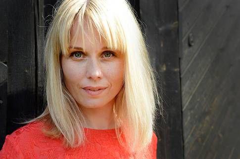 """Het i sommar Helena af Sandeberg är just nu bioaktuell med """"Mörkt vatten"""", men vänta bara. Snart syns hon både i ytterligare fem roller på bio och i tv där hon jobbat med bland andra Lasse Hallström, Carolina Gynning och Rolf Lassgård."""