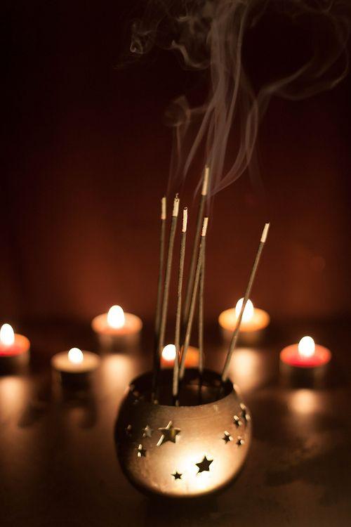 INCENSOS E SUAS PROPRIEDADES: CHOCOLATE - Fortuna, lucro e harmonia | CRAVO - Harmonia, purifica a alma, desbloqueia repressões, amor, prosperidade, quebra feitiços, elimina negatividade | DAMA DA NOITE - Romances, ideal para encontros amorosos, força, limpeza e purificação | DEFUMADOR COMPLETO - Limpeza de ambientes, elimina energias negativas | ERVA-CIDREIRA - Insônia, calmante, boa sorte.