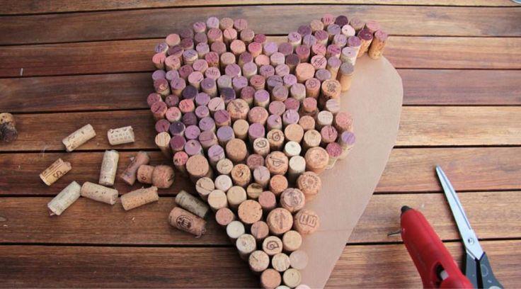 Ein Herz aus Korken ist perfekt für eine Herbsthochzeit.