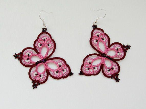 Estos divertidos pendientes De la mariposa del arco iris se soy con 100% algodón threade rosado y rojo color vino con los granos. Usted