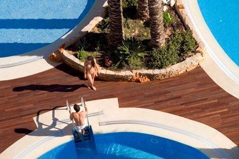 Diamante Beach  Description: Ligging: Het Diamante Beach Hotel ligt op ongeveer 200 meter van het langgerekte zandstrand Playa Levante inclusief een sfeervolle boulevard die vooral ?s avonds volledig tot leven komt. Het stadscentrum van Calpe ligt slechts op ongeveer 3 kilometer van het hotel maar de dichtstbijzijnde winkels vindt u al op ca. 200 meter afstand. Daarnaast is er een bushalte te vinden op ca. 50 meter afstand. Faciliteiten: Het 4-sterrenhotel Diamante Beach beschikt over 285…