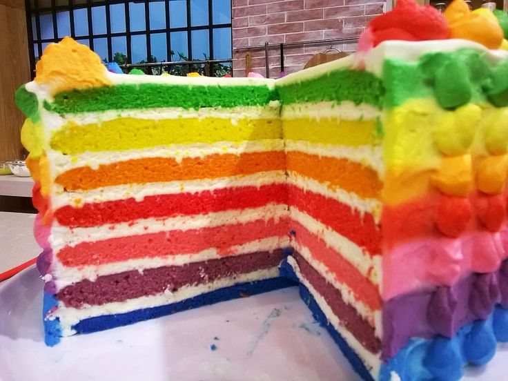 Torta arco iris rellena con crema de limón                              …