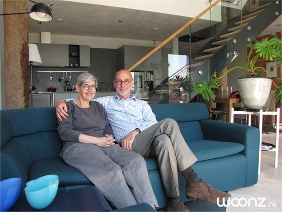 """Theo Kuster (64) en zijn vrouw Birgitta (58) wonen sinds een half jaar in 'Dataheerd'. Deze 240 jaar oude boerderij in Feerwerd (Groningen) is omgebouwd tot een pand met vijf moderne appartementen. Theo: """"Toen we twee jaar geleden voor het eerst kwamen kijken was het nog een bouwval. Maar ik wist meteen: dit is het!"""""""