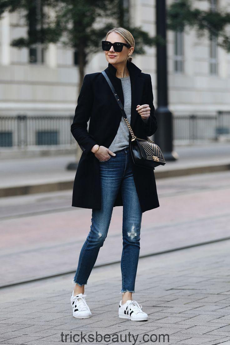 Blonde Frau in Zara mit schwarzem Wollmantel Grauer Pullover Madewell Denim Jeans