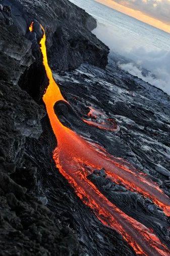 流れだす溶岩。ハワイ火山国立公園として指定されているキラウエア火山です。