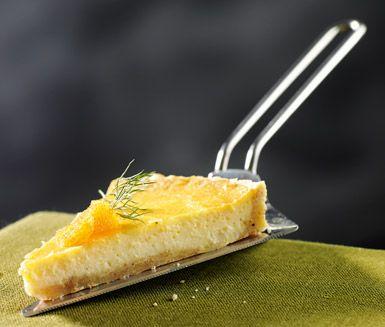 Västerbottenspaj som passar utmärkt att servera till fest. Du gör pajen av bland annat mjöl, smör, mjölk, grädde, Västerbottensost och ägg. Lyxigt att servera med kräftstjärtar, lax och löjrom!