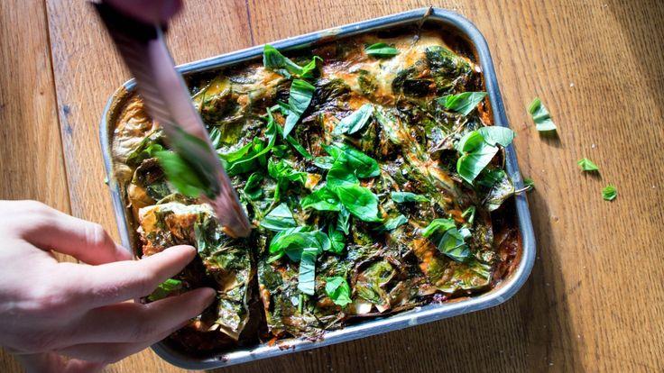 Vegansk lasagne laget med aubergine, sopp, tomatsaus og en topping av spinat. Oppskriften er fra Richard Nystad i radioprogrammet «Brønsj».