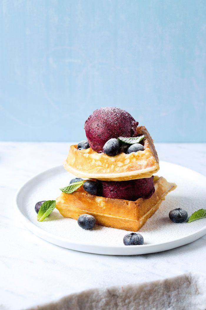 De blauwe bessen-limoensorbet uit het julinummer smaakt nóg lekkerder op zo'n versgebakken, wollige wafel. Je maakt ze gemakkelijk zelf.