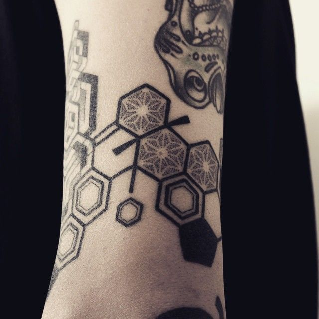 Machine free, hand tattoo #tattoo #tattoobyhand #thc #dmt #lsd #line #linetattoo…
