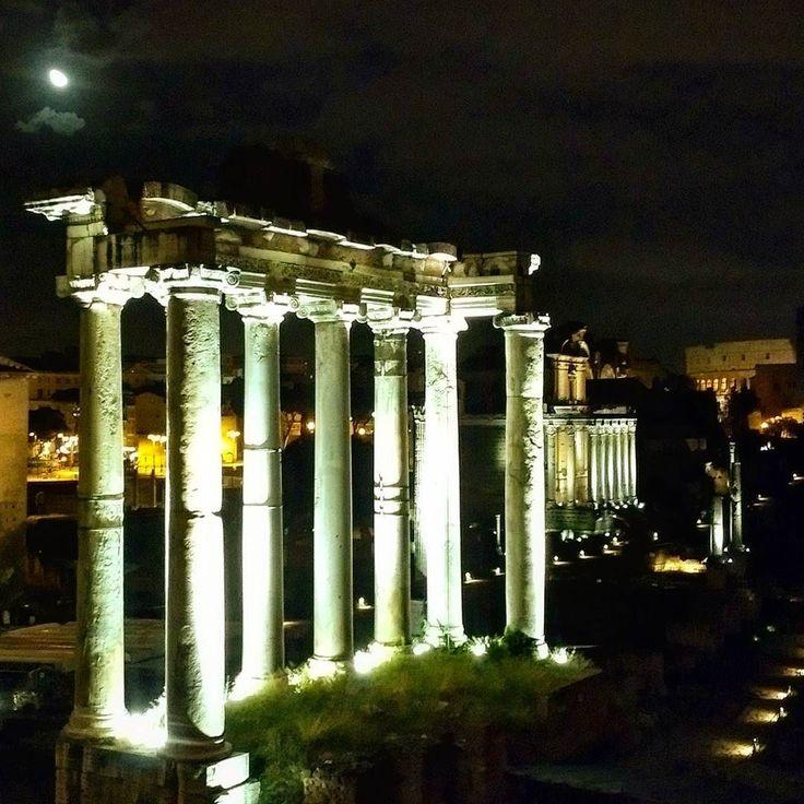 E nosso passeio noturno continua!   Hoje estamos admirando o Fórum Romano! O Coliseu está ali no fundo! E a lua  continua nos acompanhado! .  Veja mais no Snapchat Em_Roma  #Roma #europe #travel #travelgram #instatravel #eurotrip #italia #italy #rome #trip #travelling  #goodvibe #amazing #forumromano  #campidoglio #colosseo #travellingaroundtheworld #snapchat #emroma#viagem #viajar #turismo #dicas #ferias #dicasdeviagem #brasileirospelomundo #viajandopelomundo
