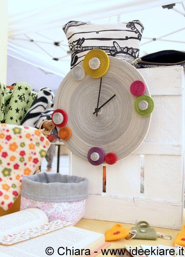 Cassette di legno della frutta pitturate da usare come sostegni per appendere e appoggiare le proprie creazioni.