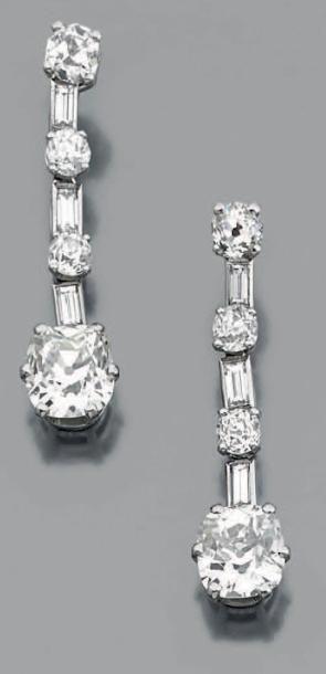 Belle paire de pendants d'oreilles en or gris 18k composés d'une chute de diamants baguettes alternés de diamants de taille ancienne et retenant en pampille un diamant plus important de forme coussin… - Aguttes - 09/12/2014