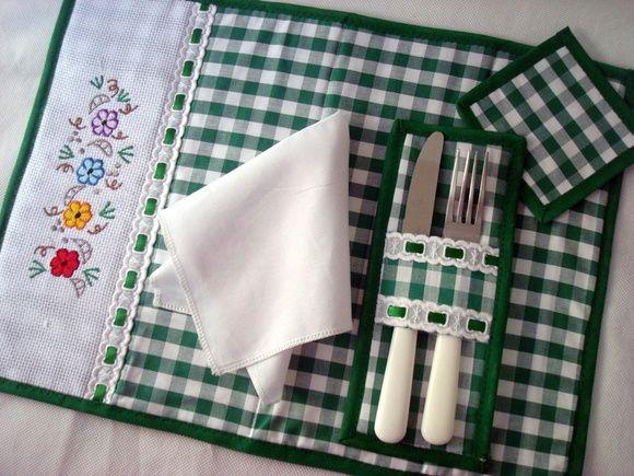 JOGO AMERICANO BORDADO = 4 lugares = Contém: - 4 Apoio de Prato (43x33cm) - 4 Porta Copo (10x10cm) - 4 Guardanapo (30x30cm) - 4 Porta Talher (20x10cm) =Descrição: Confeccionado em 100% algodão, todas as peças são forradas. Cada apoio de prato contém manta para abafar o barulho dos pratos, bordado computadorizado, viés e rendas. = Sugestão de Uso: Para presentear sua amiga no chá de cozinha com algo diferente e exclusivo. O jogo americano é muito útil para quem não quer colocar todas ...