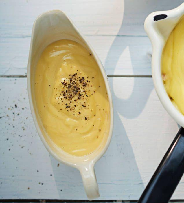 En ljuvligt len och smörig sås som passar bra till fisk och grönsaker, till exempel grillad lax med kokt sparris. Variant: Hollandaise med brynt smör – följ receptet på hollandaisesås men bryn smöret först, tills det är gyllenbrunt.