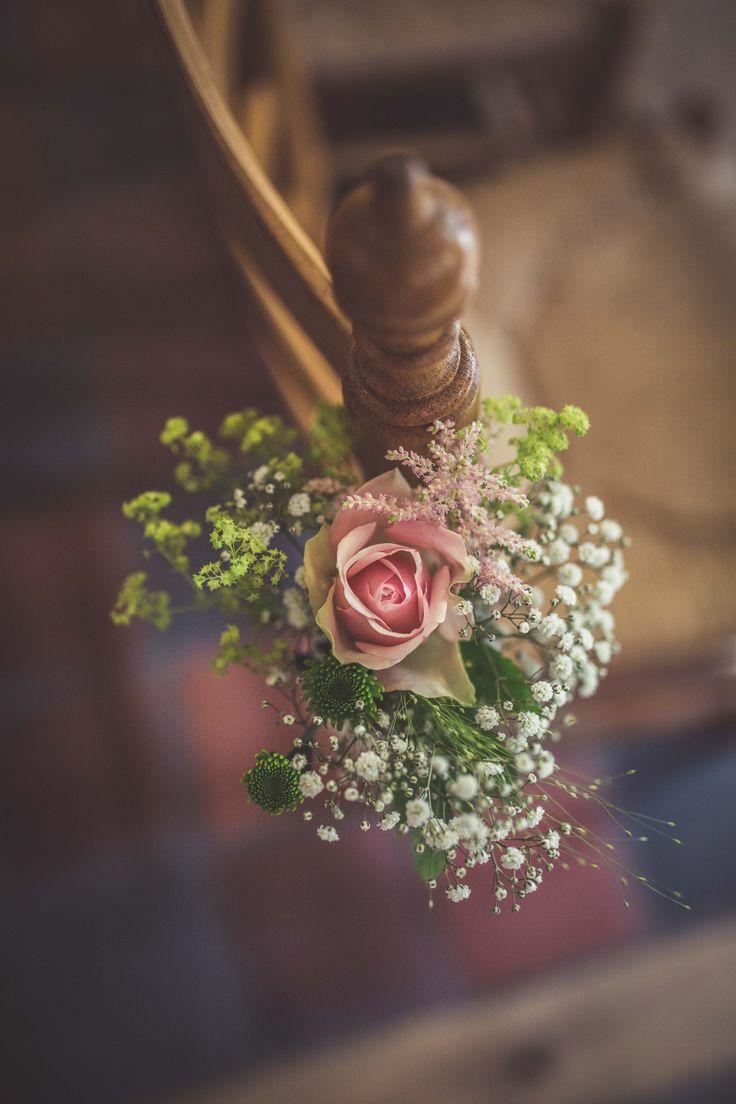 Blumendeko am Stuhl für die Zeremonie #flowers #rose #blumendeko #blumen #hochzeitszeremonie