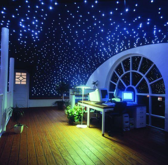 Travailler la tête dans les étoiles, c'est possible grâce à l'installation dans votre bureau d'un plafond avec un kit ciel étoilé. La fibre optique est alimenté par un générateur LED.
