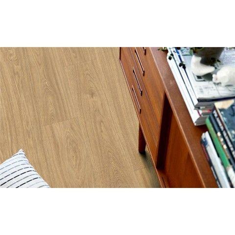 Pergo Classic Plank Ek Gyllene Natur - Premium - Vinylgolv  Gyllene naturfärgad ek ger en exklusiv, naturlig känsla av ekträ. Den klassiska stilen och den gyllene färgen passar bra ihop med mer naturliga, klassiska inredningsstilar.