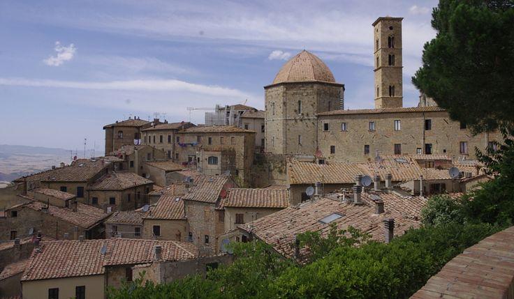 Una ruta en coche por la Toscana recorriendo bellos paisajes y disfrutando del vino y la gastronomía. Te contamos qué ver en La Toscana.