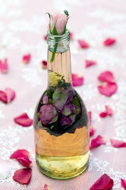 """Rose vinegar. """"Proppa en flaska halvfull med rosenblad. Tillsätt vinäger och på ett par dagar har du sommarens läckraste salladsingrediens."""" Photo: Monika Gottfridsson"""