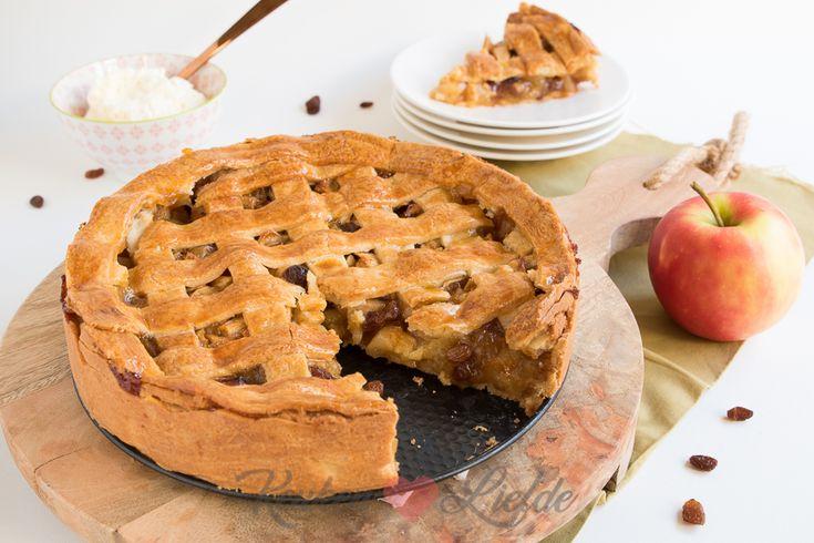 Deze appel-speculaastaart smaakt heerlijk in de herfst-, winter- en sinterklaastijd. De basis is de welbekende appeltaart met daaraan toegevoegd een vleugje speculaas en sinaasappel.