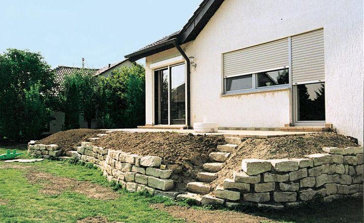 Die Bepflanzung für die schräg abgallenden Beete auf der Natursteinmauer fehlt noch