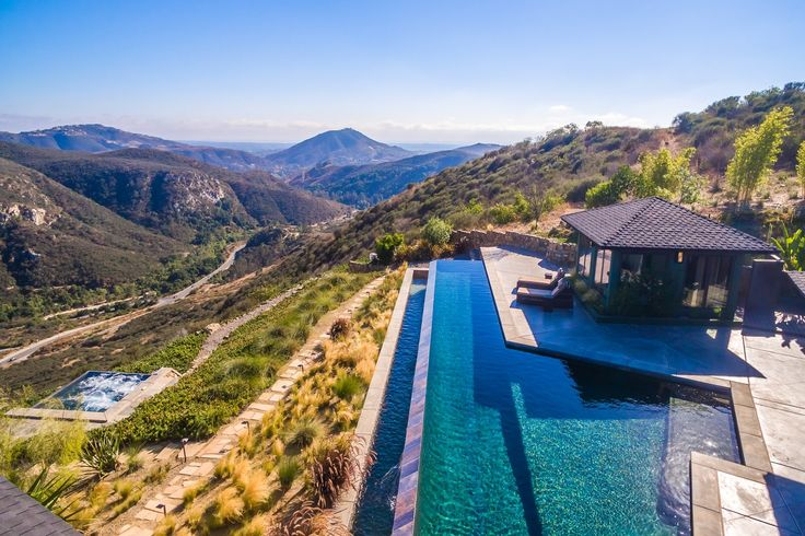 Piscina, hidromassagem ou natureza: você pode mergulhar onde quiser nesta mansão na #Califórnia.  #luxurystyle #luxuryhome #luxurylifestyle #milliondollarlisting #pool #view #trees #mountain #nature #mansion
