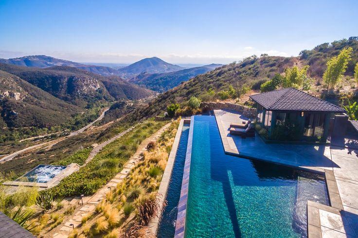 Piscine, jacuzzi ou nature: choisissez ce que vous préférez dans cette villa en #Californie. #luxurystyle #luxuryhome #luxurylifestyle#milliondollarlisting #pool #view #trees #mountain #nature #mansion