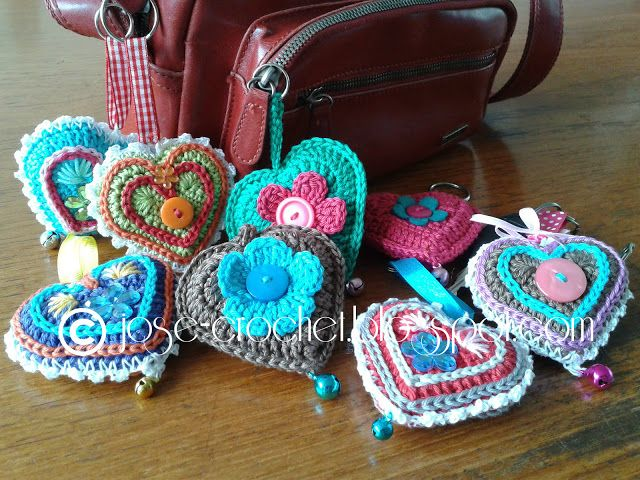 José Crochet: Free crochet pattern heart ♥ with key chain directions, too. - Here's a link for more inspirations for decorating the key chains. - http://jose-crochet.blogspot.nl/2012/08/i-am-in-heart-modus-d.html