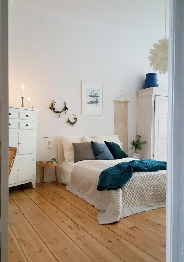 Skandinavisch natürlich: Schlafzimmer im Altbau mit hohen Decken, kuscheligen Textilien und alten Möbeln. #Interior #COUCHstyle #wohnen #dielenboden #holz #vintage #scandi #blau