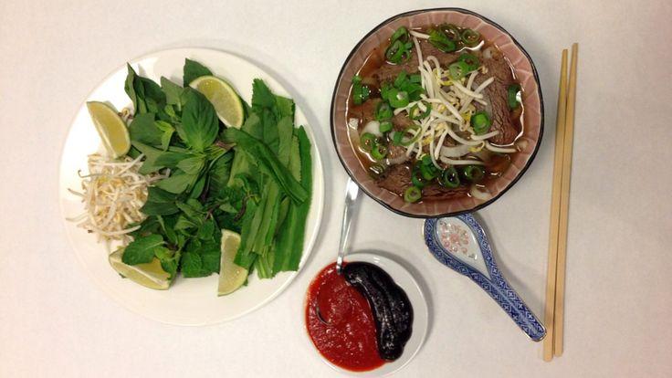 Pho – vietnamesisk nudelsuppe - Kraften til denne suppen kan godt kokes over natten. Grønnsakene og urtene legges i den varme væsken før servering. - Foto: Pål Plassen / NRK