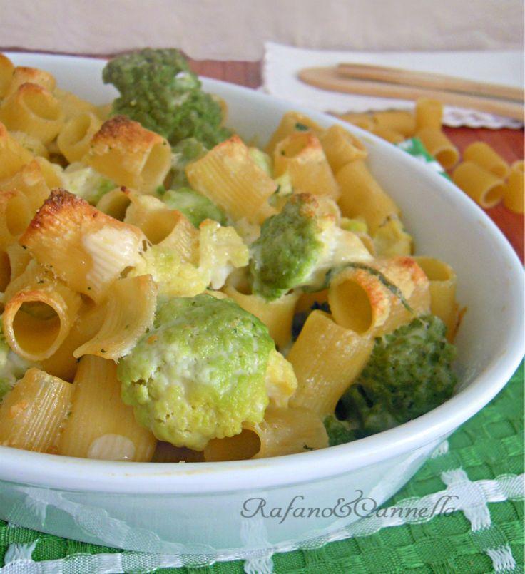Mezze maniche con cavolfiore gratinati Se amate la verdura, oggi vi propongo un primo piatto di stagione: mezze maniche con cavolfiore gratinati. Un piatto semplice ma ricco di sapore...