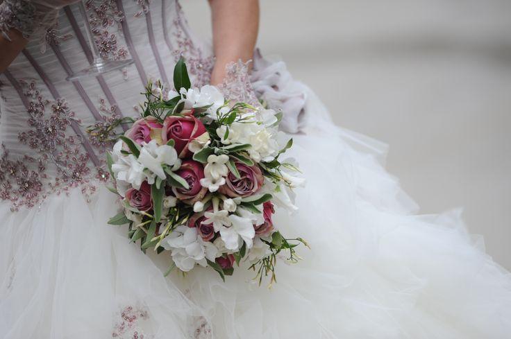 Il bouquet della sposa in perfetta armonia con l'abito da sposa nei colori del rosa antico