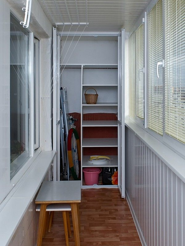 Шкаф с распашными дверцами для хранения вещей на балконе
