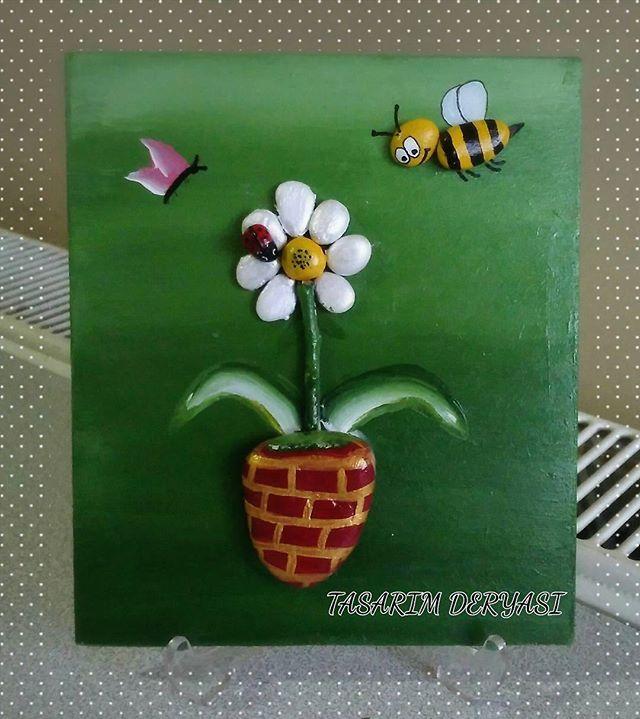 Baharı müjdeleyen papatyaya mutlulukla uçan uğur böceği, kelebek ve arı vız vız…