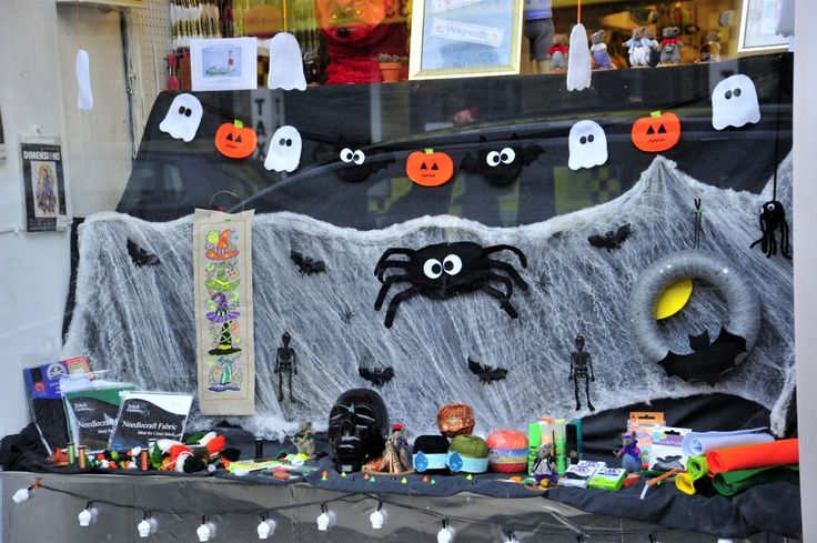 Freaky Friday in Weymouth town centre on 30th October 2015.   Craftlines.  Picture: Graham Hunt.