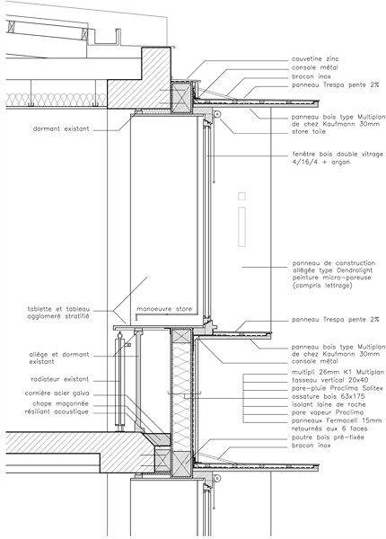 Les panneaux de la façade neuve, entièrement préfabriqués en usine, sont constitués de caissons à ossature bois recevant une isolation par laine de roche entre montants et une finition extérieure en panneaux multiplies lasurés. Les châssis vitrés (bois massif lamellé-collé) sont montés à la structure en applique.