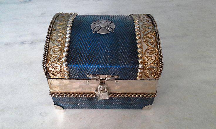 Bau com textura azul e prata e latonagem envelhecida . www.elo7.com.br/esterartes