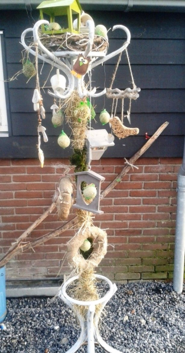 van een oude kasptok heb ik een vrolijke vogelvoerhanger gemaakt, de poot bekleed met mos en hooi, bovenop een krans met vogelhuisje en wat vogelvoer en decoraties over de kapstok verdeeld, misschien ga ik het nog in een grote zinken teil met viooltjes zetten voor de stevigheid