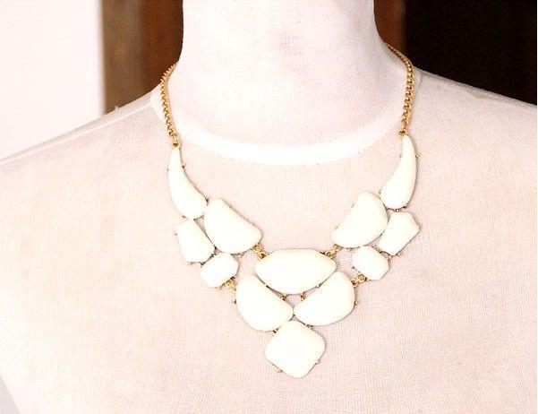 Collar de moda en color Blanco , Collar con cadena dorada y 5cm de cadena alargadora