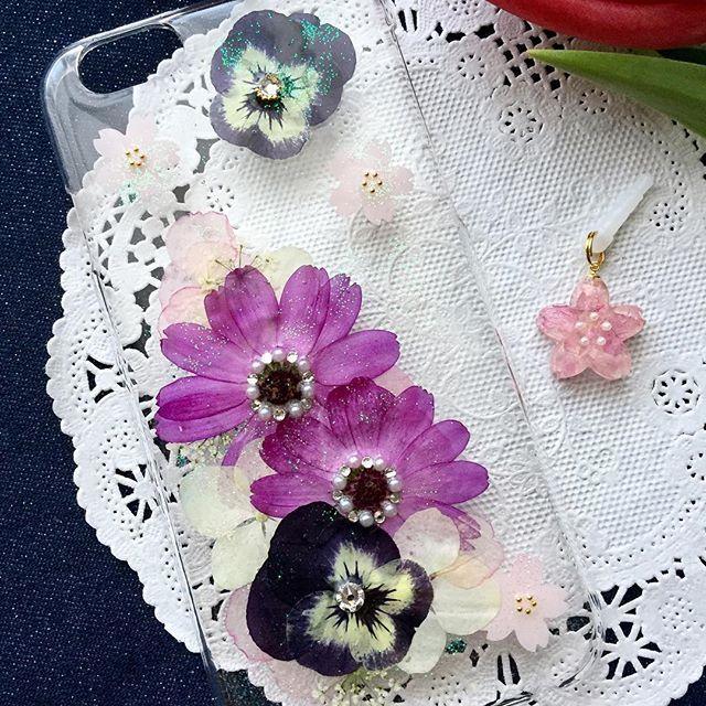 【peko.marom】さんのInstagramをピンしています。 《春の花で押し花スマホケース♡ 携帯ケースの桜は押し花ではありませんが… 桜が舞ってます🌸 ♪ #桜 #押し花 #押し花スマホケース #ハンドメイド #春 #キラキラ #春コーデ #iPhone6 #botanical #handmade #sakura》