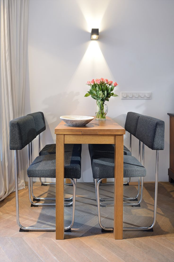 Compacte eethoek in klein stadsappartement in Amsterdam. Het appartement werd verbouwd naar aanleiding van het ontwerp van BNLA architecten uit Amsterdam. Fotografie Studio de Nooyer.