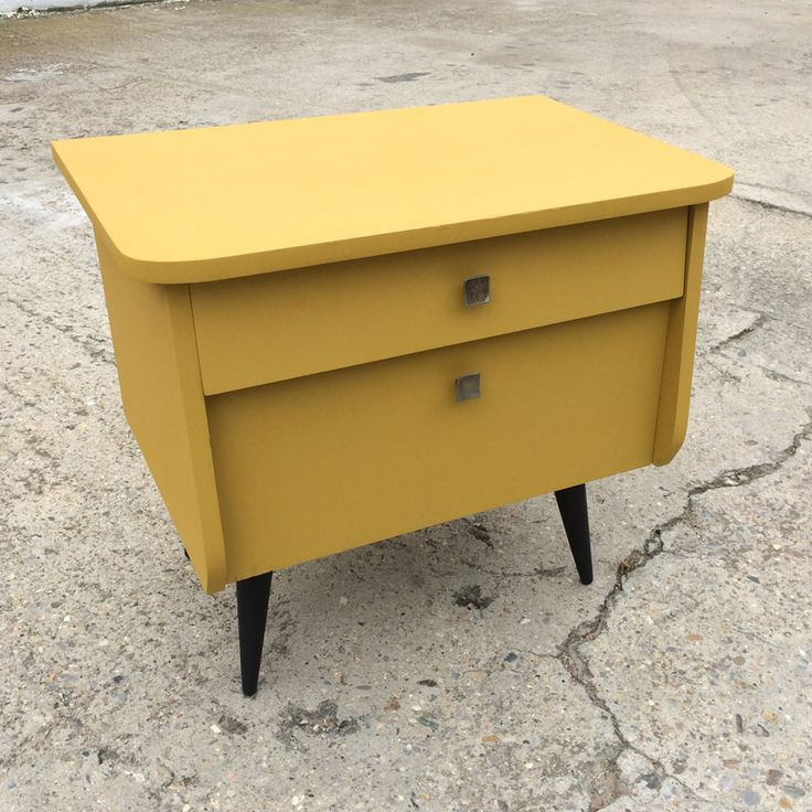 Un chevet vintage de couleur jaune moutard