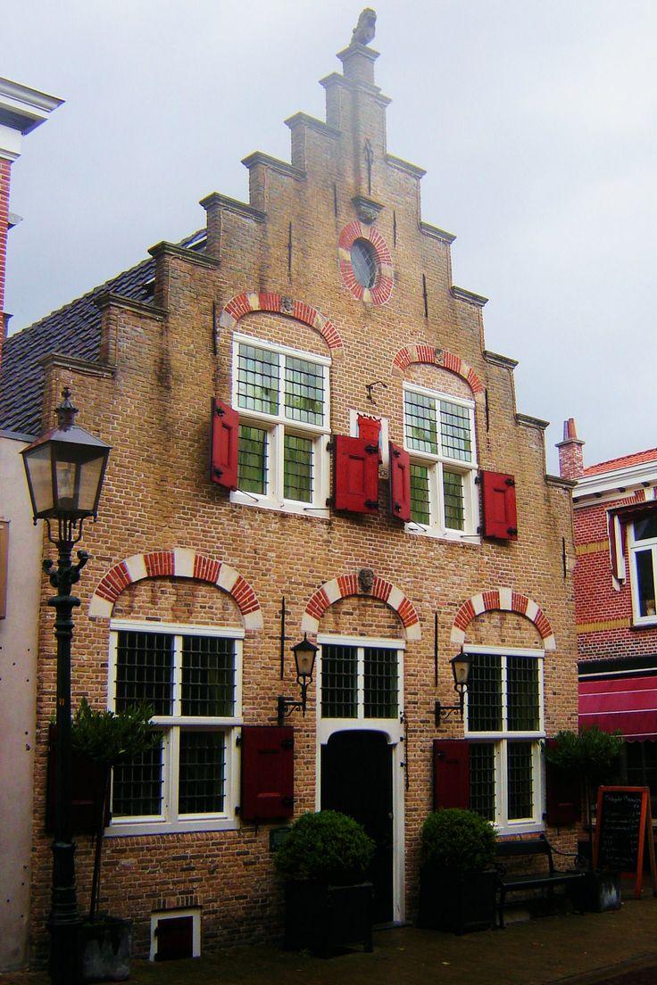 Een voorbeeld van Hollandse Renaissancestijl is de Vossenburch; dit huis uit 1552 met de rode luiken is nu een woonhuis.